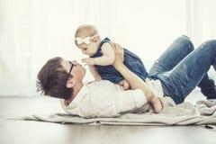 Famille de père et de fille heureuse ensemble à la maison photos stock