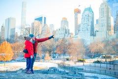 Famille de père et de peu d'enfant dans le Central Park pendant leurs vacances à New York City Photos libres de droits