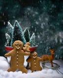 Famille de pain d'épice dans la neige Images libres de droits