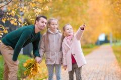 Famille de papa et d'enfants le beau jour d'automne en parc Image libre de droits