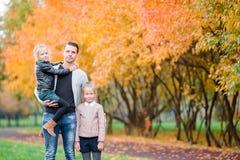 Famille de papa et d'enfants le beau jour d'automne en parc Images stock
