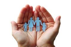 Famille de papier dans des mains d'isolement sur le concept blanc d'assistance sociale de fond Photos libres de droits