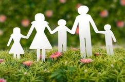 Famille de papier sur l'herbe Image libre de droits
