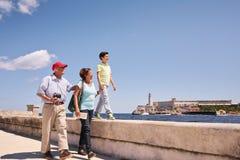 Famille de petit-fils de grands-parents en vacances en Havana Cuba Images stock