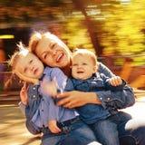 Famille de portrait dans le carrousel Images stock