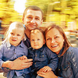 Famille de portrait dans le carrousel image stock