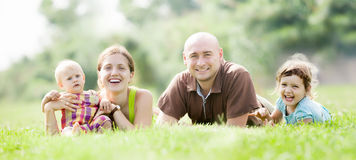 Famille de quatre à l'herbe verte Photo libre de droits