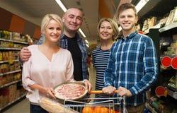 Famille de quatre adultes dans le supermarché Photo libre de droits