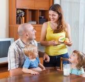 Famille de quatre au déjeuner images libres de droits
