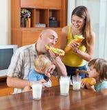 Famille de quatre au déjeuner photos libres de droits