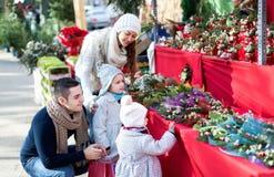 Famille de quatre au marché de Noël Image stock