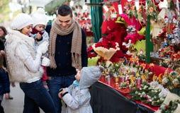 Famille de quatre au marché de Noël Photos libres de droits