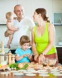 Famille de quatre boulettes russes de fabrication de poissons (pelmeni) ensemble Photos stock