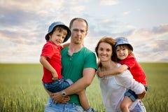 Famille de quatre dans le domaine sur un chemin rural, printemps, ayant l'amusement Photo libre de droits