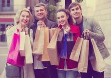 Famille de quatre de sourire avec des paniers Photos stock