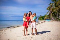 Famille de quatre des vacances de plage Image stock