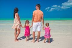 Famille de quatre des vacances de plage Photographie stock libre de droits