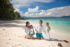 Famille de quatre des vacances de plage Photos libres de droits