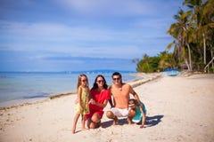 Famille de quatre des vacances de plage Photographie stock
