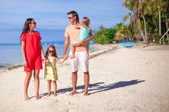 Famille de quatre des vacances de plage Images libres de droits