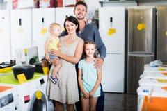 Famille de quatre faisant des emplettes dans l'hypermarché de ménage photos libres de droits