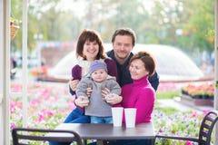 Famille de quatre heureuse photographie stock libre de droits