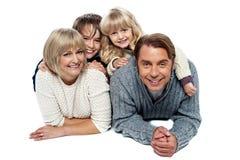 Famille de quatre joyeuse, tir de studio Photos stock
