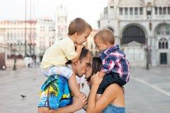 Famille de quatre mignonne à Venise photographie stock libre de droits