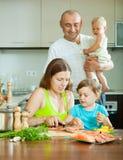 Famille de quatre poissons faisant cuire à la maison la cuisine Photos libres de droits