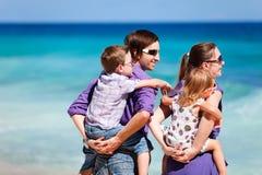 Famille de quatre regardant à l'océan Image stock