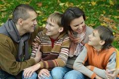 Famille de quatre se reposant Images stock