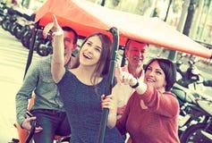 Famille de quatre se reposant dans la visite grande électrique Photographie stock