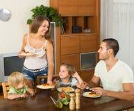 Famille de quatre spaghetti de consommation images libres de droits