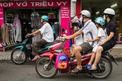 Famille de quatre sur une motocyclette Photos stock