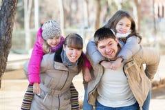 Famille de quatre unie posant et riant Photos libres de droits