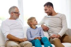 Famille de sourire à la maison images libres de droits