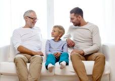 Famille de sourire à la maison photo stock