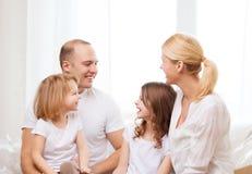 Famille de sourire avec deux petites filles à la maison Image libre de droits