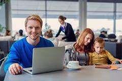 Famille de sourire avec l'enfant à l'aéroport Photo stock