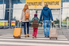 Famille de sourire avec l'enfant à l'aéroport Images stock