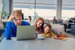 Famille de sourire avec l'enfant à l'aéroport Photographie stock