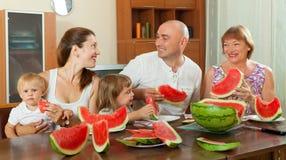 Famille de sourire avec la pastèque Photos stock