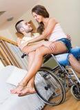 Famille de sourire avec le conjoint handicapé Photographie stock