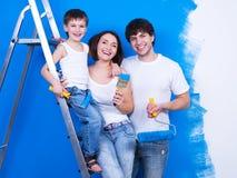 Famille de sourire avec le pinceau Images stock