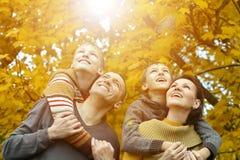 Famille de sourire dans la forêt d'automne Photo libre de droits