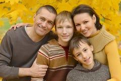 Famille de sourire dans la forêt d'automne Image libre de droits