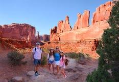 Famille de sourire en voyage de visite touristique en montagnes Images libres de droits