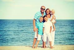 Famille de sourire heureuse avec la position d'enfants Image stock