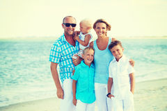 Famille de sourire heureuse avec la position d'enfants Photographie stock libre de droits