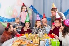 Famille de sourire se comportant en plaisantant pendant la partie Images libres de droits